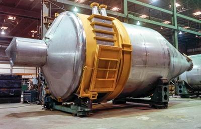 Industriële stofcycloonafscheider in de fabricagehal